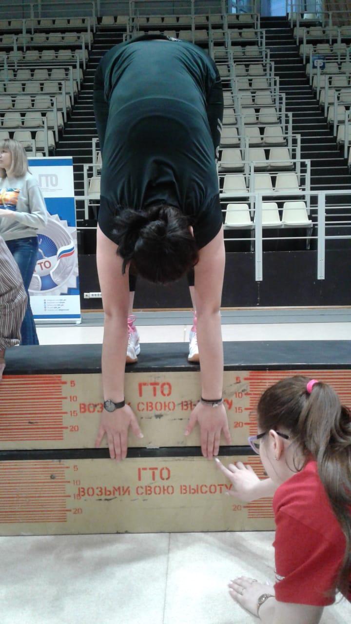 Наклон вперед из положения стоя с прямыми ногами на гимнастической скамье